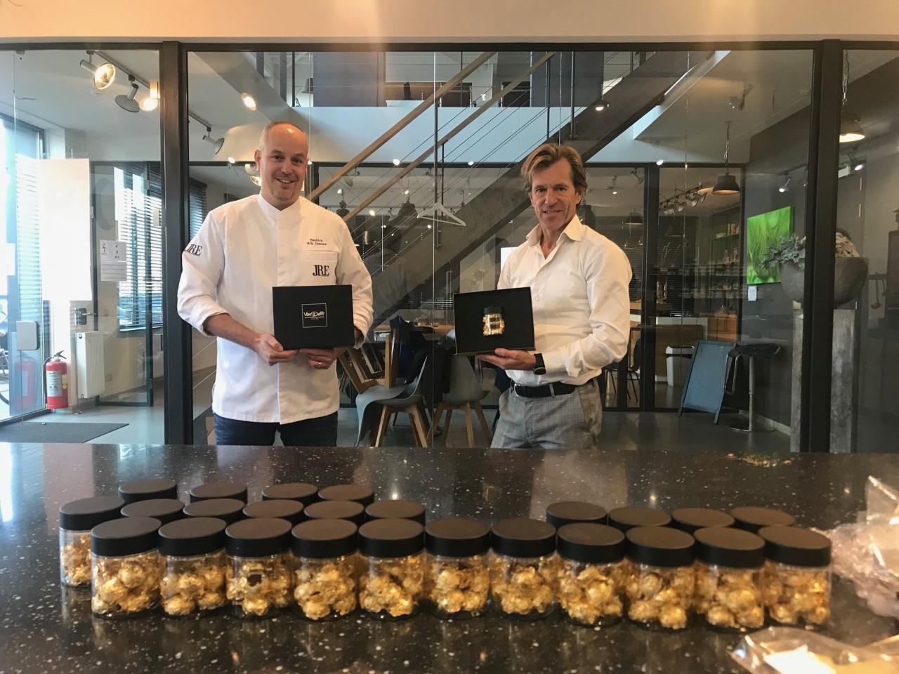 Van Delft maakt 'duurste pepernoot ooit' met gouden jasje