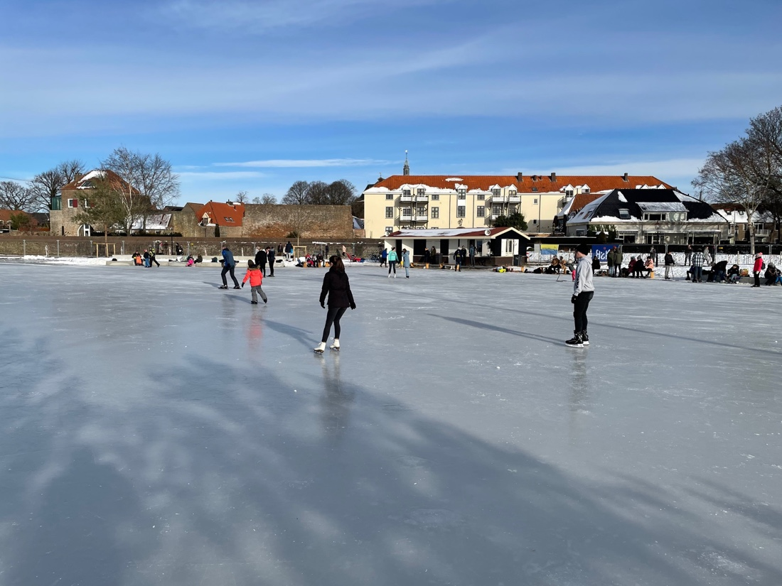 Nieuwe ijsbaan Volmoed geopend: 'Je ziet overal blije gezichten'